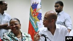 Ứng cử viên tống thống Haiti bà Manigat và ông Martelly nói chuyện với nhau trước cuộc họp báo trong thủ đô Port-au-Prince