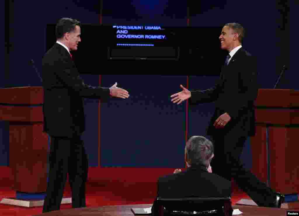 مٹ رومنی اور براک اوباما ہاتھ ملانے کے لیے آگے بڑھ رہے ہیں