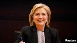 Cựu Ngoại trưởng Hillary Clinton trong buổi ký tên sách tại cửa hàng Barnes & Noble ở Los Angeles, California.