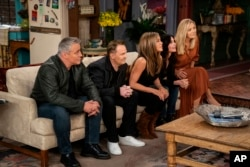 "Dari kiri: Matt LeBlanc, Matthew Perry, Jennifer Aniston, Courteney Cox dan Lisa Kudrow dalam sebuah adegan dari reuni spesial ""Friends"". (Terence Patrick/HBO Max via AP)"