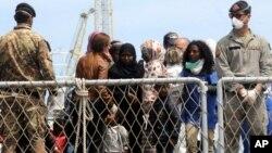 지난 5월 이탈리아 남부 항구도시 팔레르모에서 이탈리아 해군에 구조된 난민들이 배에서 내리고 있다.