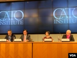"""维吾尔人权项目主席努瑞·图尔克(左二) 在华盛顿智库卡托研究所有关新疆的研讨会上发言说:中国政府成功通过国家媒体,将维吾尔人描绘成假想的""""国家公敌""""。(美国之音萧雨拍摄)"""