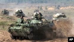 Des véhicules de l'armée biélorusse se déploient lors des exercices militaires conjoints avec l'armée russe, Zapad 2017, près des frontières de la Pologne, de l'Estonie, de la Lettonie et de la Lituanie, 11 septembre 2017.