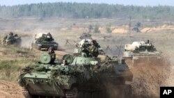 白俄羅斯的軍車在一個未公開的地方進行軍事演習(2017年9月11日)