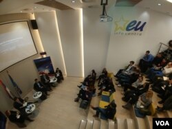 Učesnici konferencije o evropskim perspektivama Zapadnog Balkana, u EU info centru, u Beogradu, 25. januara 2017. (Glas Amerike)