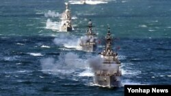 8일 한국 서해에서 실시된 해상 전투단 실사격 훈련에서 기함인 을지문덕함(3천t급)과 호위함 제주함(1천500t급), 초계함 제천함과 영주함(1천t급), 유도탄고속함 지덕칠함과 조천형함(400t급) 등 수상함들이 일제 함포 사격을 실시하고 있다.