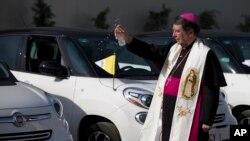 El nuncio de México, Christophe Pierre bendijo los autos Fiat que usará el papa Francisco durante su visita al país del 12 al 17 de febrero. Además de los Fiat, el Papa usará 5 papamóviles, construidos en armazones de vehículos Jeep y Dodge Ram.