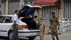 یک سرباز ارتش یمن در حال بازبینی یک خودرو در پایتخت است.