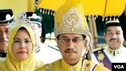 Raja Tuanku Mizan Zainal Abidin (kanan) dengan Ratu Nur Zahirah (foto: dok).