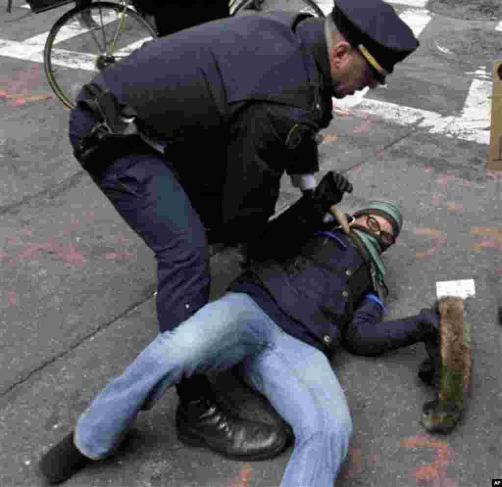 Полицијата во акција. (AP Photo/Seth Wenig)