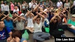 Người dân người ngồi toạ kháng trước UBND Tp Hà Nội, ngày 8/5/2016.