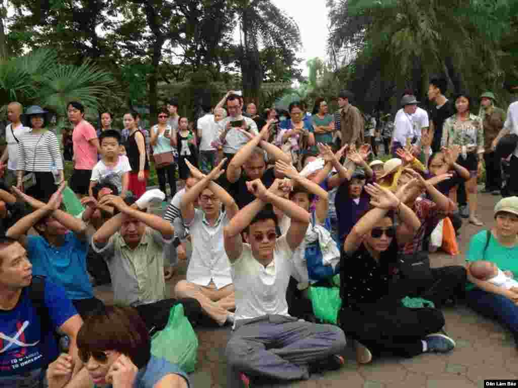 Mọi người ngồi toạ kháng trước UBND TP Hà Nội.