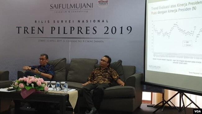 Direktur Riset SMRC Deni Irvani dan Psikolog Hamdi Muluk saat konferensi pers di kantor SMRC di Jakarta, Jumat (12/4/2019). (Foto: VOA/Sasmito)