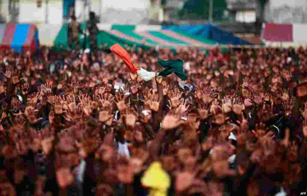 29 Aralık: Fildişi Sahili'nde seçimleri kaybetmesine rağmen görevden ayrılmayı reddeden Devlet Başkanı Laurent Gbagbo'nun yandaşları başkent Abidjan'da gösteri düzenliyor.