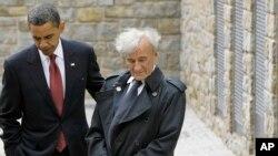 2009년 독일 부헨발트 수용소 앞에서 바락 오바마 대통령과 엘리 위젤 (자료 사진)