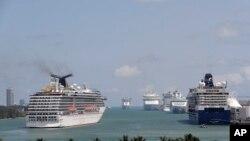 """Kruzer kompanije """"Carnival"""" uplovljava u luku u Majamiju, 7. april 2020. (Foto: AP/Lynne Sladky)"""