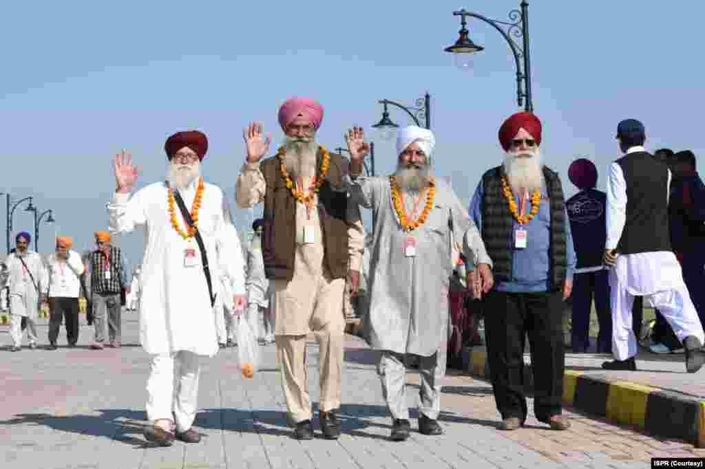 پاکستان میں گورد وارہ دربار صاحب کرتار پور سکھوں کا مقدس مقام ہے جہاں سکھ یاتری مذہبی رسومات کے لیے آتے ہیں۔