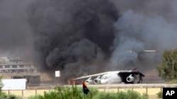 지난 26일 리비아 수도 트리폴리 국제공항의 기름 저장소가 공격을 받아 화염에 휩싸였다.
