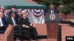 El vicepresidente Biden, el presidente Obama y el General Dempsey, escuchan al secretario de Defensa, Leon Panetta, al abrir la ceremonia.