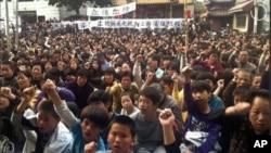 图为广东陆丰的乌坎村民聚会抗议的资料照