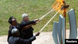 O presidente da Comissão Africana Moussa Faki Mahamat, o presidente do Ruanda Paul Kagame, Jeannette Kagame e o presidente da Comissão Europeia Jean Claude Juncker, acendem a Chama da Esperança no Mmeorial ao Genocidio