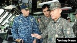 최윤희 한국 합참의장이 16일 유사시 한반도 방어를 위한 야외기동훈련인 독수리훈련에 참가 중인 미국 해군 연안전투함 포트워스함을 방문해 장병들을 격려하고 있다.