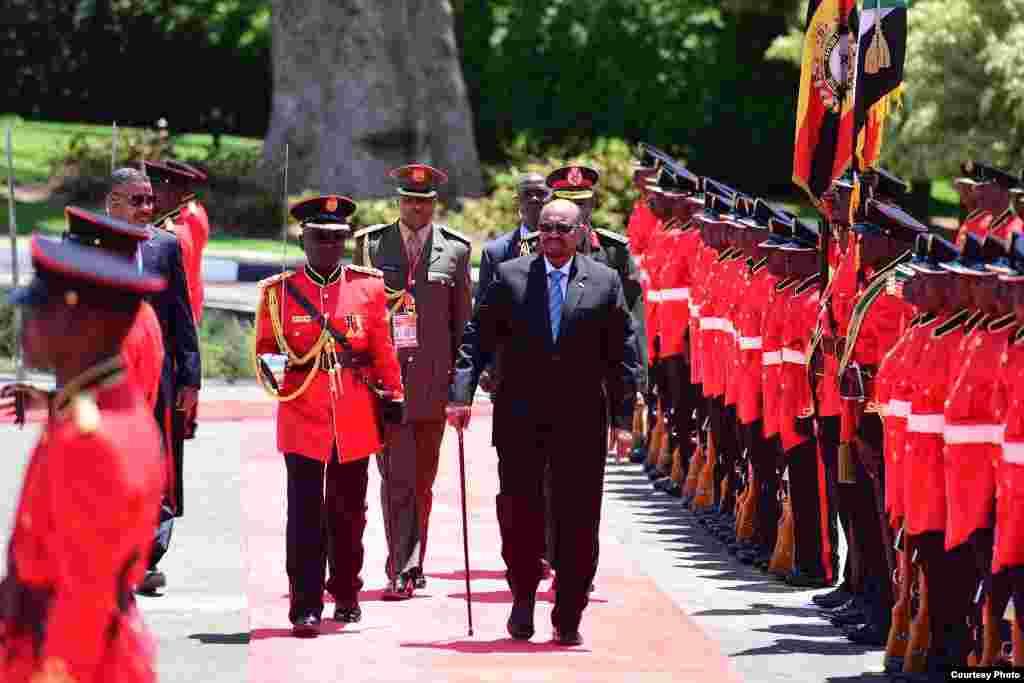 Rais Omar al Bashir akikaguwa gwaride rasmi alipowasili Uganda