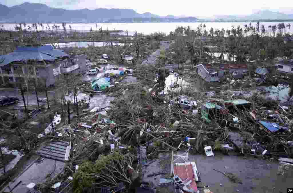 9일 태풍 '하이옌'이 필리핀 중부를 강타한 후, 폐허가 된 타클로반 시 인근 공항.