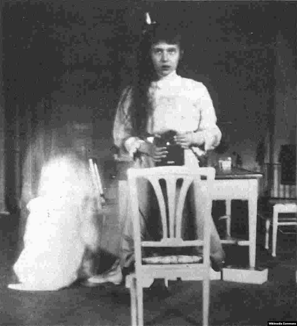 Rusiya çarı İkinci Nikolayın qızı Anastasiya Romanovanın 1914-cü ildə çəkdiyi foto avtoportreti