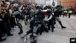 Polisi anti huru-hara di Hong Kong menangkapi para pengunjuk rasa dalam demo mendukung kaum minoritas muslim Uighur di China, Hong Kong, 22 Desember 2019. (Foto: AP)
