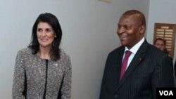 La représentante américaine Nikki Haley et le président centrafricain Faustin-Archange Touadéra, au siège de l'Onu à New York, le 16 mars 2017.