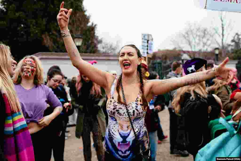 Une jeune fille danse pour la Marche des femmes à Washington DC, le 21 janvier 2017. (VOA/Nastasia Peteuil)