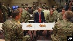 Menteri Pertahanan Inggris, Philip Hammond saat mengunjungi salah satu barak tentara Inggris di London (Foto: dok). Inggris akan menarik keseluruhan pasukannya dari Afghanistan tahun 2013.