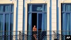 Un turista observa la ciudad desde el balcón de su hotel en La Habana.
