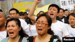 失蹤馬航班機中國乘客家人在馬來西亞駐北京大使館外憤怒抗議。(2014年3月25日)