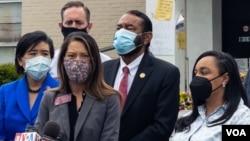 由聯邦眾議員趙美心率領的代表團在一家發生槍擊的亞特蘭大按摩店前對媒體講話(美國之音記者文灝拍攝)