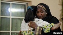 Keluarga korban tragedi haji berpelukan saat melayat di Kaduna, Nigeria (26/9). (Reuters/Afolabi Sotunde)
