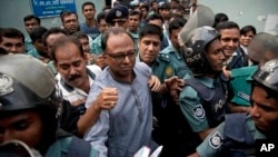 FILE - Bangladeshi newspaper editor Mahmudur Rahman, center, is brought to a court following his arrest on various charges in Dhaka, April 11, 2013. Offcials say they'll question him in an alleged conspiracy case involving the prime minister's son.