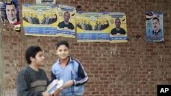 Des affiches du Parti pour la liberté et la justice, formation des Frères musulmans