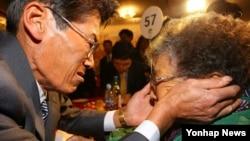 Người thân gặp nhau tại cuộc xum họp gia đình ở khu du lịch Núi Kim Cương, Bắc Triều Tiên, 24/10/2015.