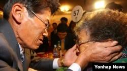 Reuni keluarga yang terpisah perang Korea, bertemu di tempat wisata Diamond Mountain di Korea Utara, Sabtu (24/10).