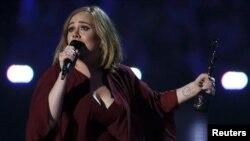 Adele menerima penghargaan BRIT Awards di O2 arena di London, Februari 2016.