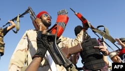 Các chiến binh phe nổi dậy tại một địa điểm ở thành phố bị vây hãm Bani Walid, ngày 10 thán 9, 2011