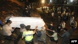 Khoảng hơn một chục nạn nhân đã được an táng hôm Chủ nhật trong một ngôi mộ tập thể ở huyện Sleman, 7/11/2010