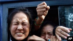 Tibetan exiles shout slogans from a police van after being detained during a protest outside the venue where Chinese Premier Wen Jiabao is addressing a gathering on India-China relations, in New Delhi December 16.