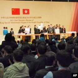 候选人、选委会和市民在场监督特首选举点票过程