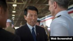 美国海军作战部长格林纳特与台湾海军司令李喜明交谈(格林纳特脸书官网图片)