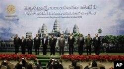Từ trái: Bộ trưởng quốc phòng Brunei Bin Umar, Indonesia Purnomo Yusgiantoro, Lào Douangchay Phichith, Malaysia Zahid Hamidi, Miến Ðiện Hla Min, Campuchia Tea Banh, Philippines, Singapore, Thái Lan, và Bộ trưởng Quốc phòng Việt Nam Phùng Quang Thanh
