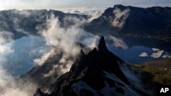 지난해 6월 백두산 정상이 구름에 덮여있다.