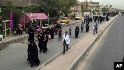 Những người hành hương Shiite đi về phía đền thờ Imam Mousa al-Kadhim để kỷ niệm cái chết của Imam ở Baghdad, Iraq, ngày 29 tháng 4 năm 2016.